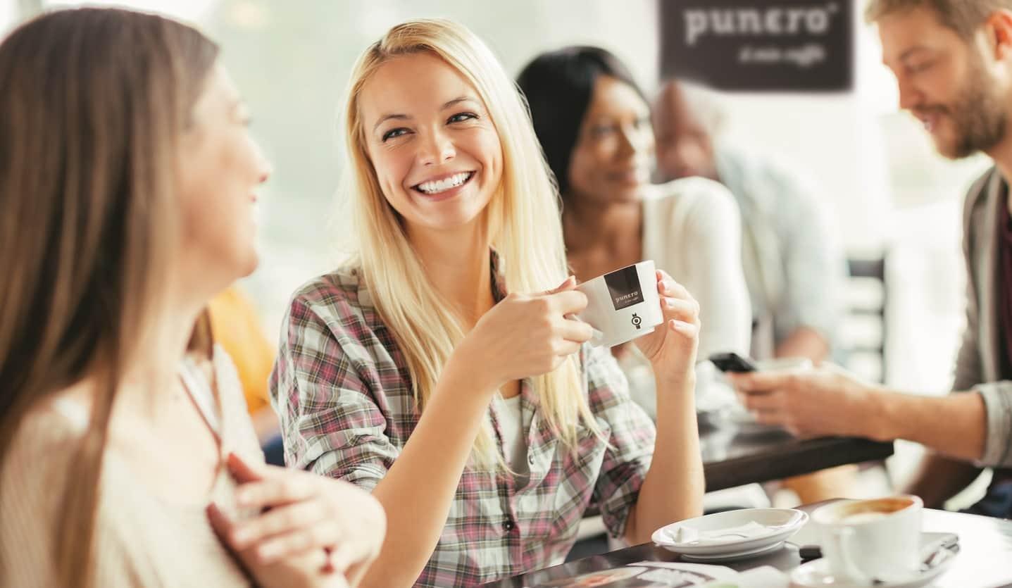 Eine Runde geselliger Kaffeegenuss im Büro – dank BEVERO Service.