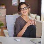 Mitarbeiterin im Büro genießt Kaffee von BEVERO